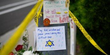 Algunos mensajes yacen en un altar improvisado el 28 de abril del 2019 frente a la sinagoga en San Diego atacada el día anterior. Foto: Denis Poroy / AP.