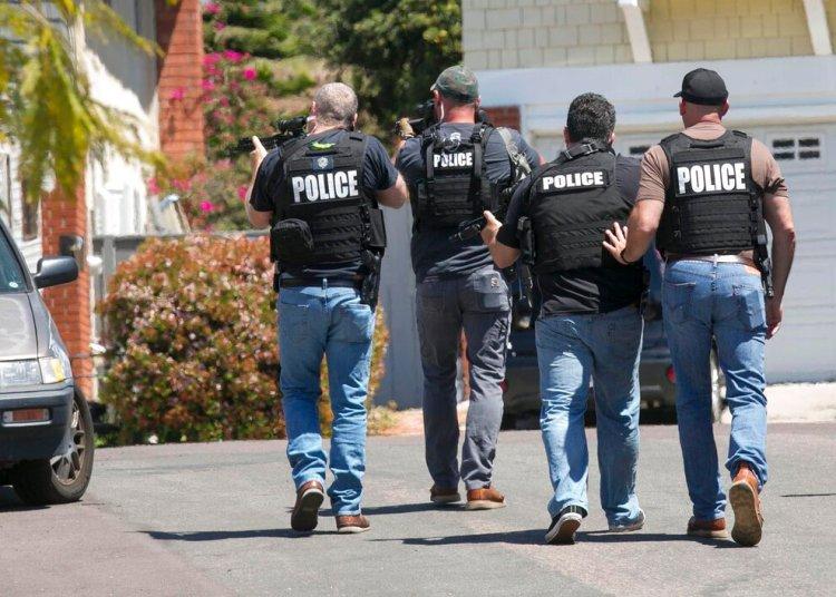 Agentes de policía de San Diego fuertemente armados se acercan a la casa donde se cree vivía John T. Earnest, de 19 años, sospechoso del tiroteo en una sinagoga de Poway, el sábado 27 de abril de 2019 en San Diego, California. Foto: John Gibbins/The San Diego Union-Tribune vía AP.