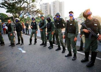 Soldados sublevados se ubican afuera de la base aérea de La Carlota en Caracas, Venezuela, el martes 30 de abril de 2019. Foto: Ariana Cubillos / AP.