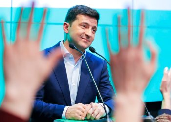 El comediante Volodymyr Zelenski habla a sus seguidores en la sede de su partido tras la segunda vuelta de las elecciones presidenciales en Kiev, Ucrania, el domingo 21 de abril de 2019.  Foto: Vadim Ghirda / AP.