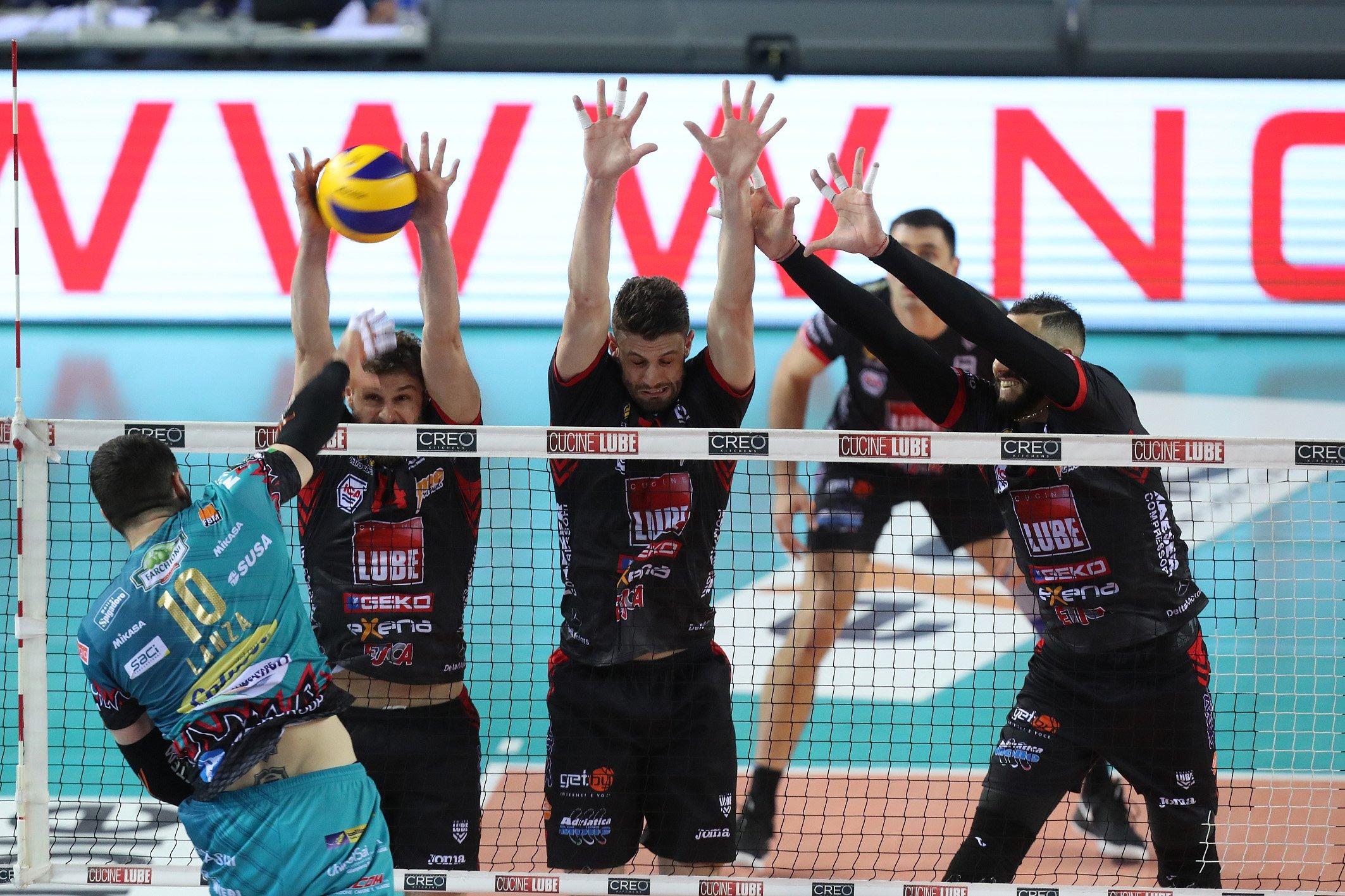 La defensa en la net del Civitanova fue muy importante en la victoria. Foto: Tomada de Lega Volley