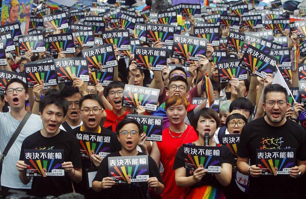 Defensores de los matrimonios entre personas del mismo sexo se manifiestan en el exterior del parlamento taiwanés en Taipei, Taiwán, el 17 de mayo de 2019. (AP Foto/Chiang Ying-ying)
