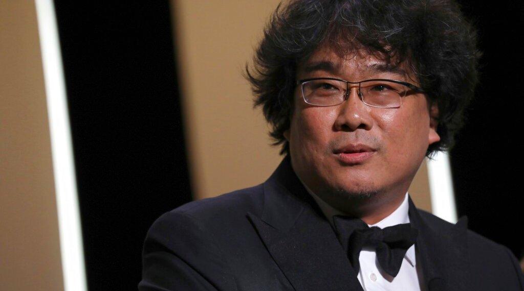 """El director surcoreano Bong Joon-ho recibe la Palma de Oro por su sátira social """"Parasite"""" en la 72da edición del festival de cine de Cannes, Francia, sábado 25 de mayo de 2019. Foto: Vianney Le Caer/Invision/AP."""
