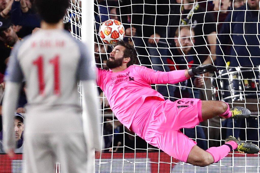 El brasileño Alisson, arquero de Liverpool, se lanza en un intento infructuoso por evitar el segundo gol de Lionel Messi, del Barcelona, en la ida de las semifinales de la Liga de Campeones, el miércoles 1 de mayo de 2019 Foto: Manu Fernández / AP.