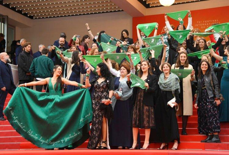 """El elenco y el equipo del documental argentino """"Que sea ley"""" se manifiestan por la legalización del aborto en la Argentina en la alfombra roja antes del estreno del filme """"The Wild Goose Lake"""" en el festival internacional de cine de Cannes, sábado 18 de mayo de 2019. (Foto by Arthur Mola/Invision/AP)"""