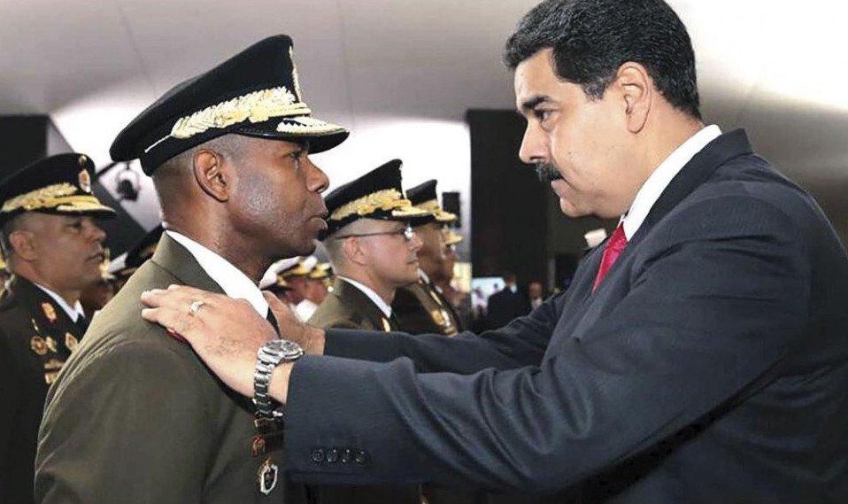 El general Manuel Ricardo Cristopher Figuera, director del Servicio Bolivariano de Inteligencia Nacional (Sebin) de Venezuela, junto a Nicolás Maduro. Foto: MSN.com.