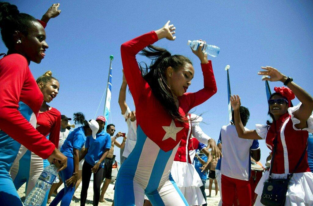 Bailarines del Hotel Royalton entretiene a los turistas durante una fiesta en la playa en Varadero, Cuba. Foto: Ismael Francisco / AP.