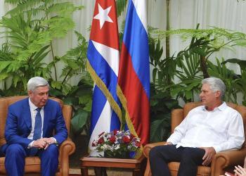 El presidente cubano, Miguel Díaz-Canel, recibió en el Palacio de la Revolución a Iván I. Mélnikov, primer vicepresidente de la Duma Estatal y del Partido Comunista ruso. Foto: Estudios Revolución.