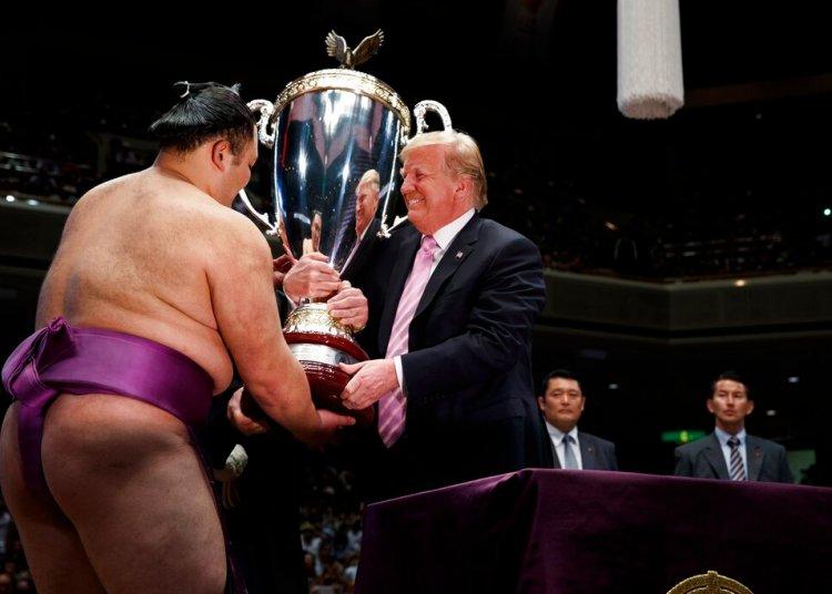 """El presidente de Estados Unidos, Donald Trump, entrega la """"Copa del presidente"""" al ganador del Gran Torneo de Sumo de Tokio, Asanoyama, en el estadio Ryogoku Kokugikan, el domingo 26 de mayo de 2019 en Tokio. (AP Foto/Evan Vucci)"""