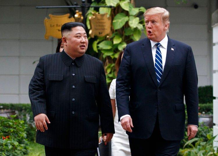 En esta imagen de archivo, tomada el 28 de febrero de 2019, el presidente de Estados Unidos, Donald Trump, y el líder de Corea del Norte, Kim Jong Un, pasean tras su primera reunión en el hotel Sofitel Legend Metropole de Hanói, Vietnam. Foto: Evan Vucci / AP /Archivo.