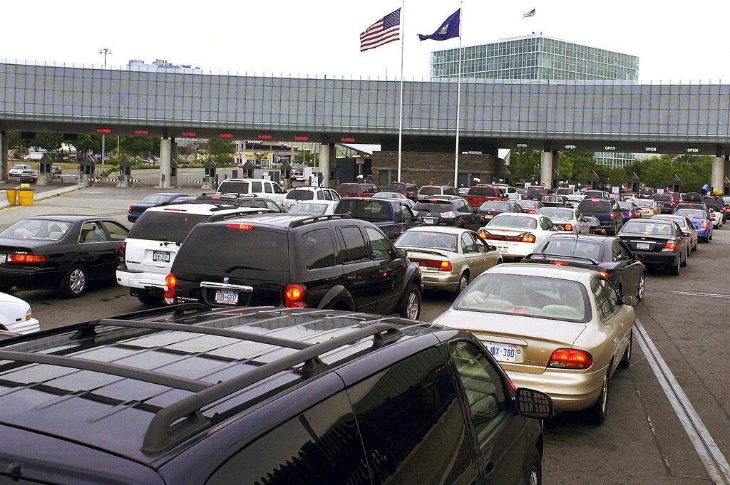 Vista del cruce fronterizo en Niagara Falls, Ontario, Canadá, para ingresar a Estados Unidos, el 4 de agosto de 2005. (AP Foto/Don Heupel, File)