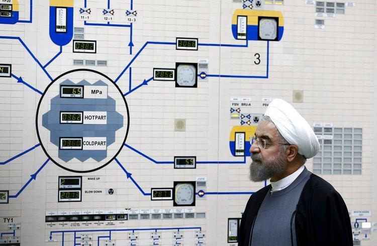 El presidente, Hassan Ruhani, visita la central nuclear de Bushehr, en enero de 2015. (AP Foto/Oficina de la Presidencia de Irán, Mohammad Berno, Archivo)