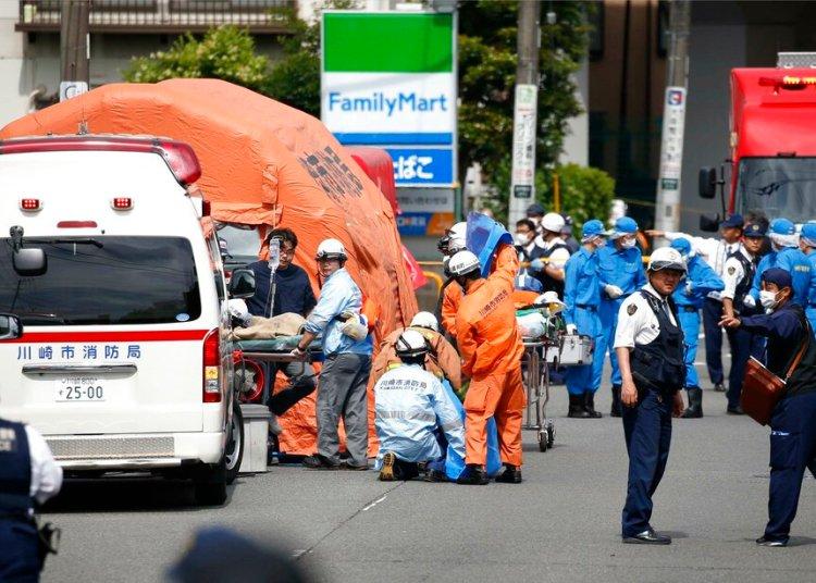 Rescatistas trabajan en la escena de un ataque en Kawasaki, cerca de Tokio, donde un hombre atacó a puñaladas a un grupo de niñas escolares, mató a dos personas e hirió a 17 antes de suicidarse, el martes 28 de mayo de 2019. Foto: Kyodo News vía AP.