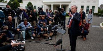 El asesor de seguridad estadounidense John Bolton hablando a reporteros sobre la crisis en Venezuela, frente a la Casa Blanca en Washington, el 1 de mayo del 2019. Foto: AP.