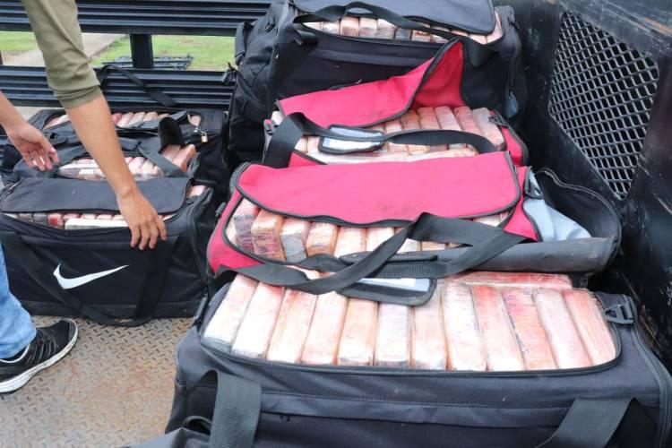 Maletines negros que contenían la droga capturada. Foto: Foto: @minsegpanama / Twitter.