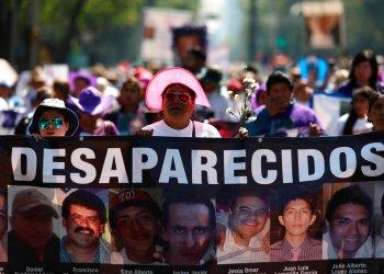 Varias personas sostienen imágenes de desaparecidos durante una marcha por el Día de las Madres en la Ciudad de México, el viernes 10 de mayo de 2019. Foto:Eduardo Verdugo/AP.