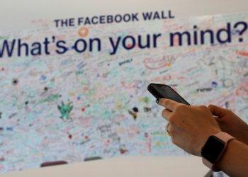 En esta imagen, tomada el 20 de mayo de 2019, una mujer utiliza su celular en la oficina de Facebook en Dubáis, Emiratos Árabes Unidos. Foto: Kamran Jebreili / AP.