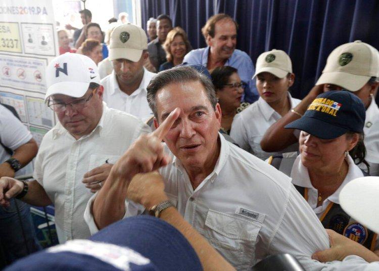 El candidato presidencial Laurentino Cortizo, del opositor Partido Revolucionario Democrático (PRD), llega a un centro de votación durante las elecciones generales en la ciudad de Panamá, el domingo 5 de mayo de 2019. Cortizo, un ganadero de 66 años que estudió administración de empresas en los Estados Unidos y fue ministro de Agricultura bajo la presidencia de Martin Torrijos, lidera las encuestas en medio de una contienda marcada por los escándalos de corrupción y la desaceleración económica. (AP Foto/Arnulfo Franco)
