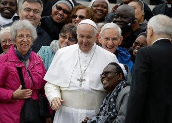 El Papa Francisco ríe con un grupo de fieles en su audiencia general semanal en la Plaza de San Pedro, Vaticano, 15 de mayo de 2019. Foto: Andrew Medichini / AP.