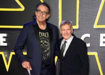 """Peter Mayhew, izquierda, y Harrison Ford en el estreno europeo de """"Star Wars: The Force Awakens"""" en Londres, el 16 de diciembre de 2015. Foto: Jonathan Short / Invision / AP."""