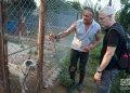 Ernesto junto a David Guggenheim en su refugio de perros al oeste de La Habana. Foto: Otmaro Rodríguez.