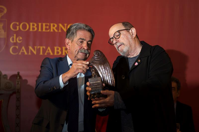 El cantautor cubano, Silvio Rodríguez junto al presidente de Cantabria, Miguel Ángel Revilla durante la entrega de los premios Beato de Liébana, hoy la localidad cántabra de Potes. EFE/Pedro Puente Hoyos.