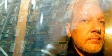 El fundador de WikiLeaks, Julian Assange, es trasladado desde el tribunal, donde compareció acusado de saltarse los términos de su fianza en Gran Bretaña hace siete años, en Londres,1ro de mayo de 2019. Foto: Matt Dunham / AP / Archivo.