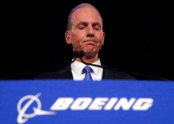 El director ejecutivo de Boeing, Dennis Muilenburg, durante una conferencia de prensa después de la reunión anual de accionistas de la compañía en el Museo Field de Chicago. (AP Foto/Jim Young, Archivo)