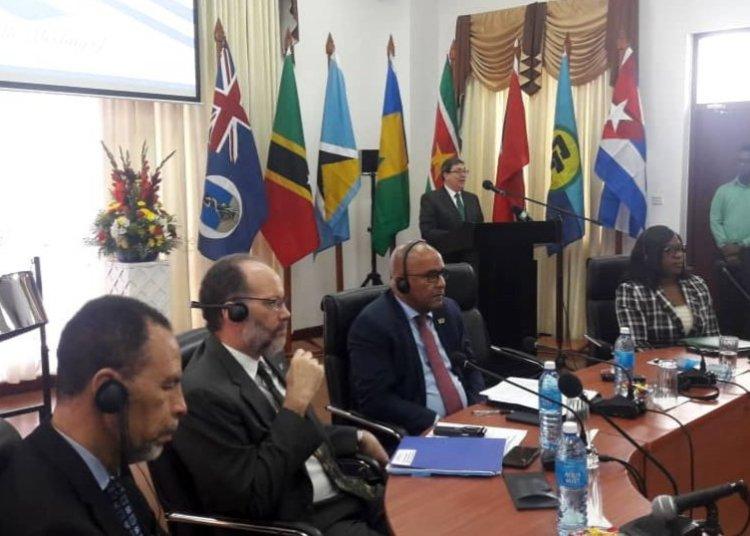 El canciller de Cuba, Bruno Rodríguez (detrás, en el podio), habla en una reunión con la Comunidad del Caribe (Caricom), el viernes 14 de junio de 2019. Foto: @BrunoRguezP / Twitter.