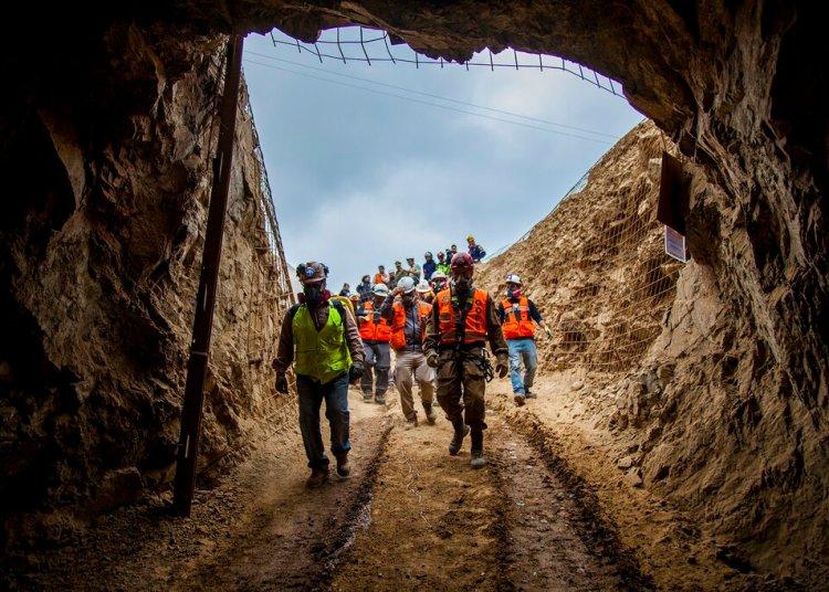 En esta foto provista por el gobierno regional de Antofagasta, hombres entran a la mina San José para trabajar en el rescate de tres mineros bolivianos que quedaron atrapados por un colapso la noche anterior en Tocopilla, Chile, el viernes 14 de junio de 2019. Foto: Ricardo Rodriguez/Intendencia de Antofagasta vía AP.