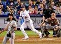 El astro de los Dodgers de Los Angeles, Cody Bellinger, una de las estrellas jóvenes del béisbol en Estados Unidos, batea un jonrón de dos carreras ante el relevista de los Gigantes de San Francisco Dereck Rodriguez el el séptimo inning de un partido de las Grandes Ligas el 19 de junio del 2019.  (AP Foto/Mark J. Terrill)