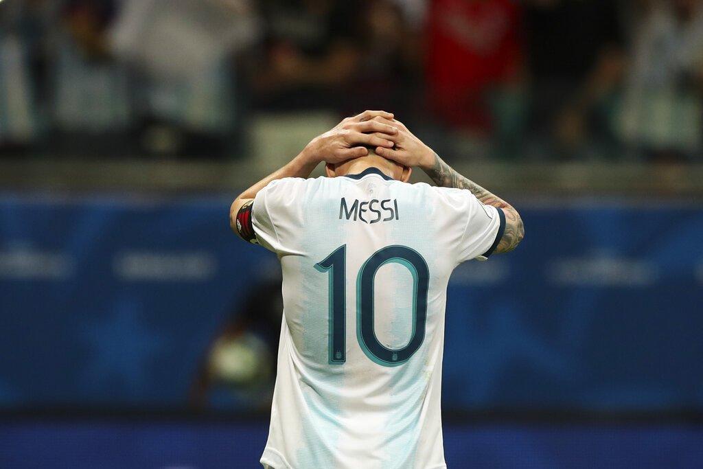 El delantero argentino Lionel Messi tras fallar una ocasión de gol en la derrota 2-0 ante Colombia por el Grupo B de la Copa América, en Salvador, Brasil, el sábado 15 de junio de 2019. (AP Foto/Ricardo Mazalán)