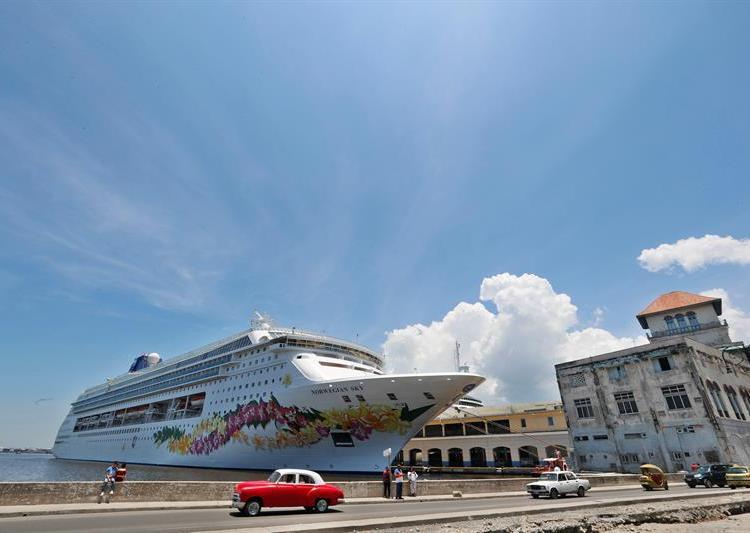 El Gobierno de EE.UU. prohibirá a partir de este miércoles los cruceros a Cuba y restringirá las visitas culturales de los ciudadanos estadounidenses. Foto: Ernesto Mastrascusa / EFE.