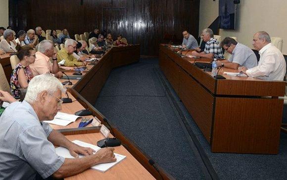 Miguel Díaz-Canel junto a miembros de la comisión organizadora del IX Congreso de la UNEAC, intelectuales y directivos del Ministerio de Cultura. Foto: Estudios Revolución.