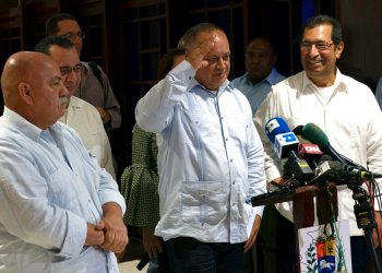 Diosdado Cabello, primer vicepresidente del Partido Socialista Unido de Venezuela (PSUV) y titular de la Asamblea Nacional Constituyente de su país, saluda al concluir una conferencia de prensa en el Aeropuerto Internacional José Martí en La Habana, Cuba, el viernes 7 de junio de 2019. Foto: Ramón Espinosa / AP.
