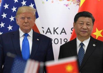 El presidente Donald Trump (izquierda) posa para una foto con el presidente chino Xi Jinping durante una reunión paralela a la cumbre del G20 en Osaka, Japón, el sábado 29 de junio de 2019. Foto: Susan Walsh / AP.