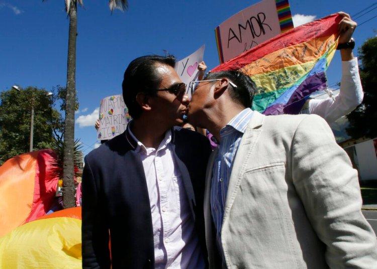 Javier Benalcazar, izquierda, y su pareja Efrain Soria se besan a su llegada a la Corte Constitucional para escuchar la decisión final del organismo sobre matrimonio igualitario en Quito, Ecuador, el martes 4 de junio de 2019. Foto: Dolores Ochoa / AP.
