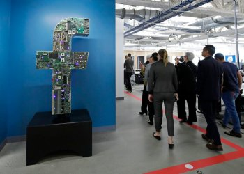 Visitantes recorren las oficinas de Facebook en Cambridge, Massachusetts, EEUU. Foto: Elise Amendola / AP / Archivo.