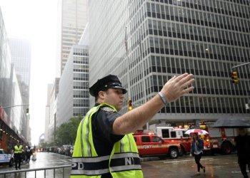 Policías controlan el paso en Manhattan, Nueva York, donde este lunes 10 de junio de 2019 se estrelló un helicóptero en un rascacielos. Foto: AFP / rcnradio.com