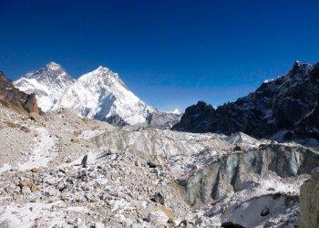 Fotografía del 2014 proporcionada por Joshua Maurer del glaciar Changri Nup en Nepal, gran parte cubierto por rocas. Foto: Joshua Maurer vía AP.