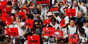 Manifestantes sostienen carteles en una marcha contra las enmiendas propuestas a una ley de extradiciones en Hong Kong, el domingo 9 de junio de 2019. Foto: Kin Cheung/ AP.