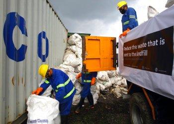 Trabajadores cargan basura que fue recogida del Monte Everest en camiones en Katmandú, Nepal, el miércoles 5 de junio de 2019. Foto: Bikram Rai / AP.