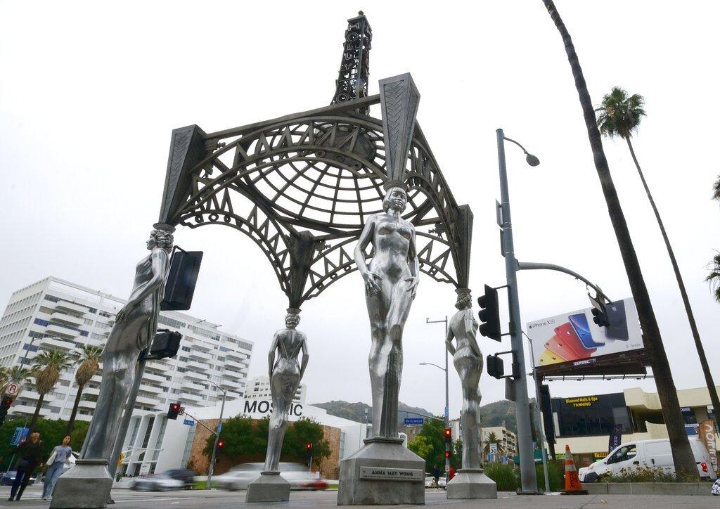 """La glorieta """"Las cuatro damas de Hollywood"""" en Los Angeles, el miércoles 19 de junio del 2019. Las autoridades dicen que alguien trepó la obra pública de dos pisos y se robó una estatua de Marilyn Monroe en el Paseo de la Fama de Hollywood. Foto: Richard Vogel / AP."""