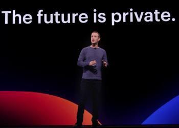 """Mark Zuckerberg durante una conferencia en la que explicó cómo su compañía está empezando a construir una plataforma social centrada en la privacidad. """"Durante los últimos 15 años, hemos incorporado Facebook e Instagram en equivalentes digitales de la plaza de la ciudad, donde puedes interactuar con muchas personas a la vez. Ahora estamos enfocados en construir el equivalente digital de la sala de estar, donde puede interactuar de todas las formas que desee en privado, desde mensajes e historias hasta pagos seguros y más"""". Foto: @zuck/FB."""