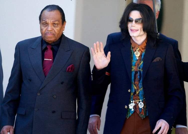 En esta foto del 15 de marzo de 2005, el astro del pop Michael Jackson, a la derecha, sale del juzgado del condado de Santa Bárbara con su padre, Joe Jackson, en Santa María, California. Foto: Michael A. Mariant/ AP.