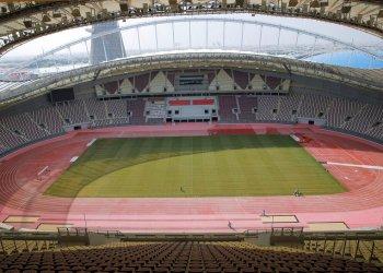 ARCHIVO- En imagen de archivo del miércoles 31 de octubre de 2018, un grupo de trabajadores realiza obras de remodelación en el Estadio Internacional Jalifa en Doha, Catar. (AP Foto/Vadim Ghirda, archivo)