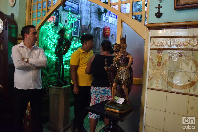 Alexander Peña (i) y Leonardo Herrera (c), trabajadores del restaurante habanero San Cristóbal, se sienten afectados por las medidas del gobierno de Donald Trump contra Cuba. Foto: Otmaro Rodríguez.