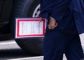 El secretario interino de Defensa de Estados Unidos, Patrick Shanahan, lleva un documento etiquetado como secreto a su llegada a una reunión con el presidente Donald Trump sobre Irán en la Casa Blanca, el 20 de junio de 2019, en Washington. Foto: Alex Brandon / AP.