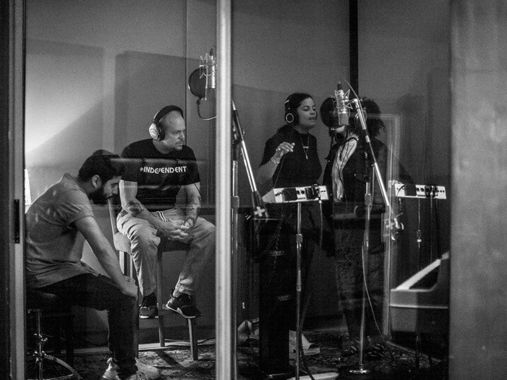 Ibeyi y Residente en los estudios de grabación. Foto: Instagram de Residente