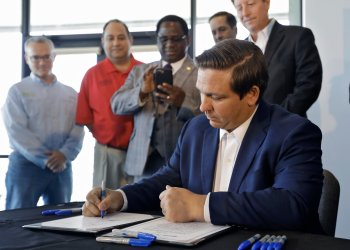 El gobernador de Florida, Ron DeSantis, promulga una ley para combatir la marea roja en el Laboratorio Marino Mote en Sarasota, Florida, el jueves 20 de junio de 2019 Foto: Chris O'Meara / AP.